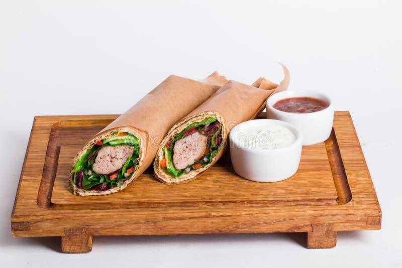 在委员会的素食沙拉三明治shawarma与 库存图片