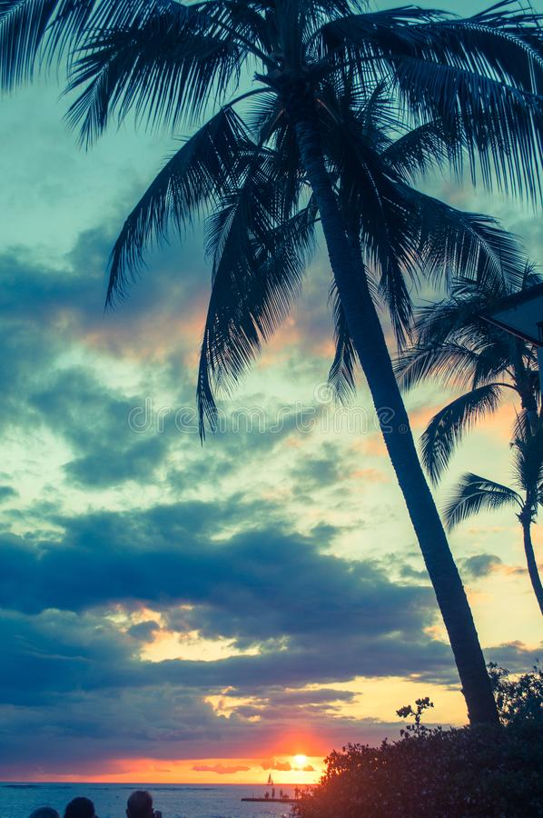 在威基基海湾的日落在檀香山,夏威夷 库存照片