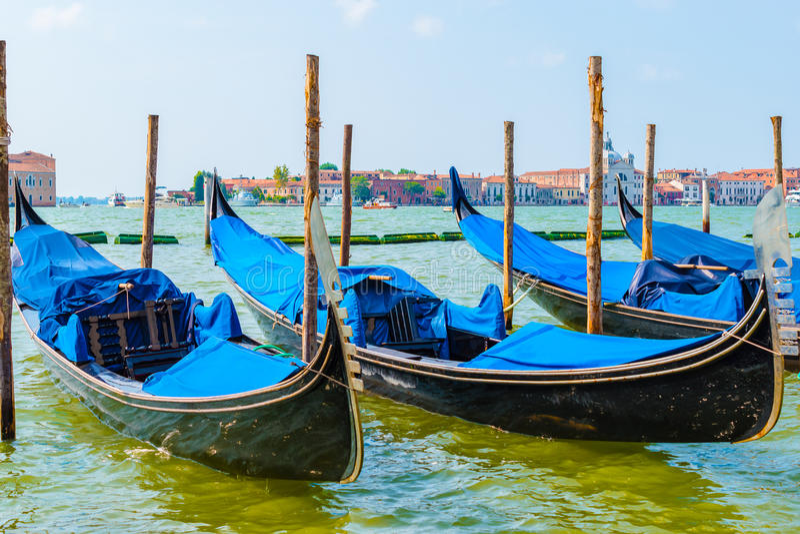 在威尼斯停泊的蓝色长平底船,意大利 免版税图库摄影