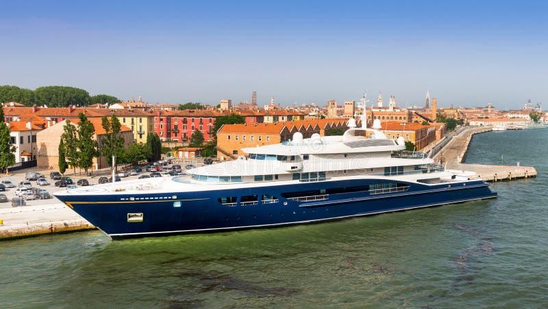 在威尼斯停泊的超级马达游艇 免版税图库摄影