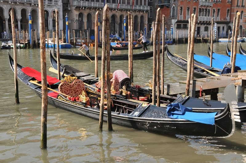 在威尼斯停泊的长平底船大运河在威尼斯大石桥桥梁附近 免版税库存照片