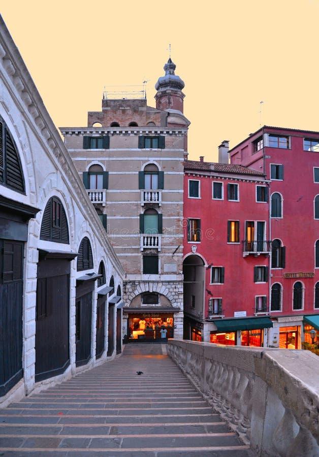 在威尼斯大石桥桥梁的空的台阶在黎明sunsrise在威尼斯有老大厦和建筑学背景  意大利 免版税图库摄影
