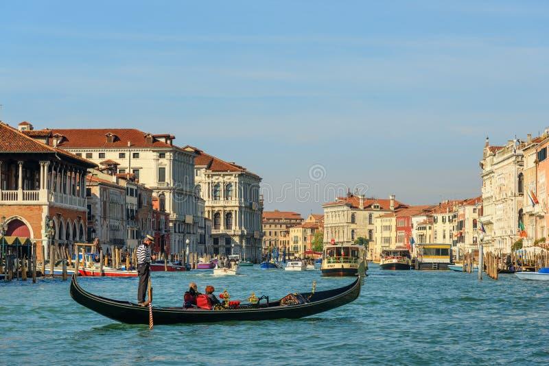 在威尼斯大运河的长平底船  E 库存图片