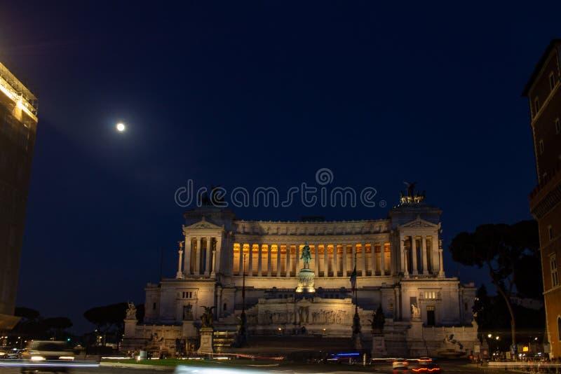 在威尼斯广场站立国家历史文物致力维托里奥・埃曼努埃莱・迪・萨伏伊II,亦称阿尔塔雷della帕特里亚 免版税图库摄影