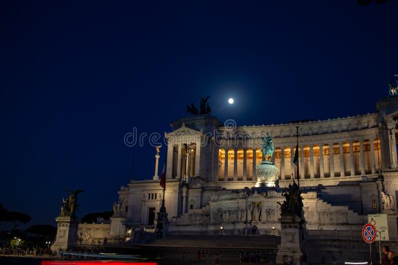 在威尼斯广场站立国家历史文物致力维托里奥・埃曼努埃莱・迪・萨伏伊II,亦称阿尔塔雷della帕特里亚 免版税库存照片