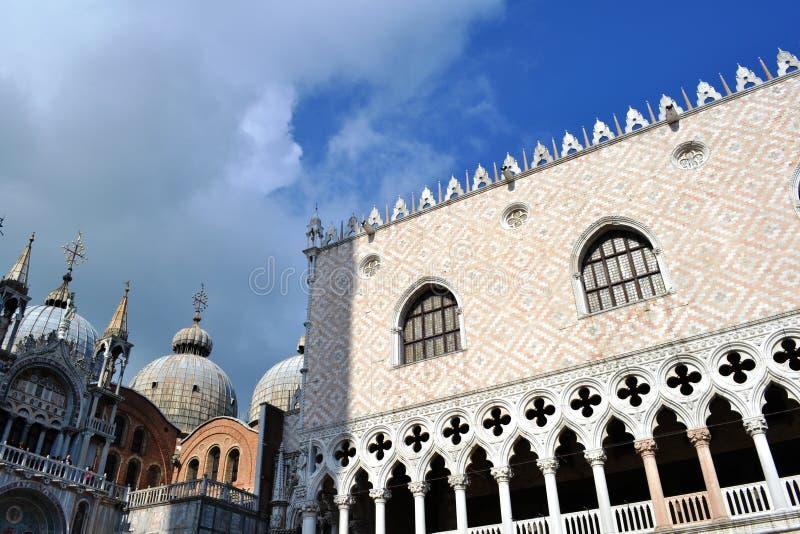 在威尼斯式哥特式样式和圣马尔谷圣殿宗主教座堂圆顶建造的共和国总督的宫殿在一个晴朗的春日 免版税库存照片