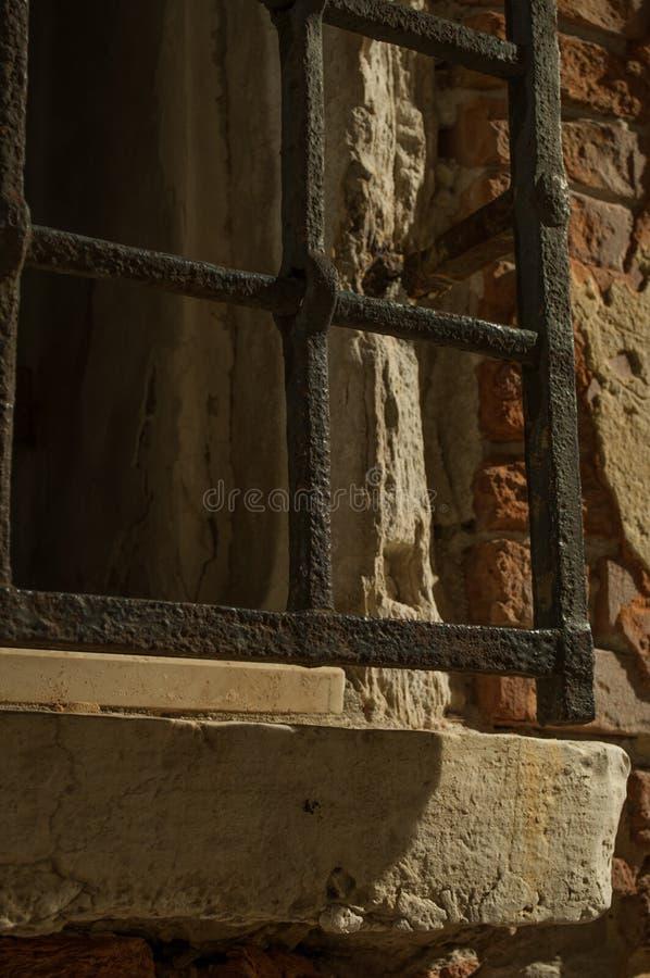 在威尼斯意大利窗口的锻铁笼子 免版税库存图片