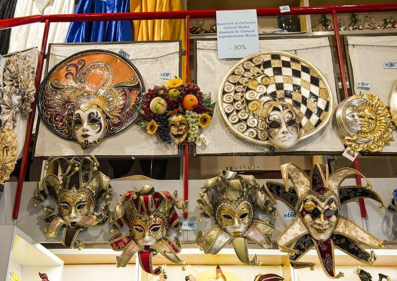 在威尼斯期间狂欢节传统上戴着的面具  免版税库存照片