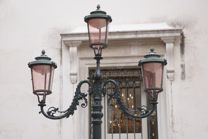 在威尼斯正方形的路灯柱  免版税库存照片