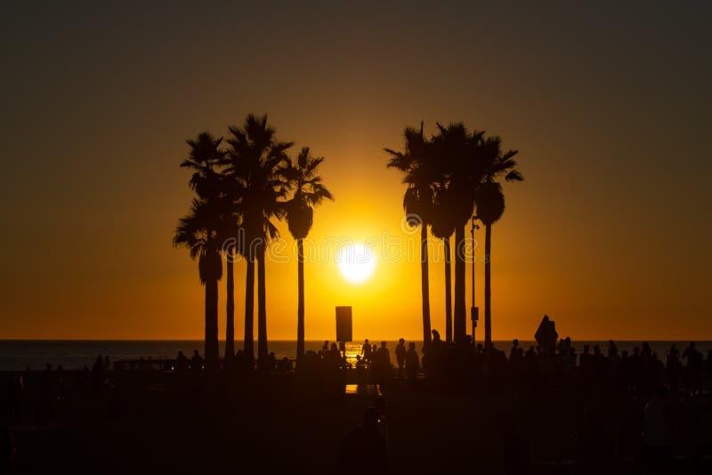 在威尼斯海滩的令人惊讶的日落在加利福尼亚 免版税库存照片
