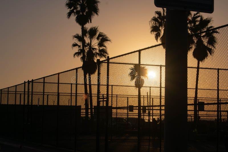 在威尼斯海滩的日落在体育法院 免版税库存图片