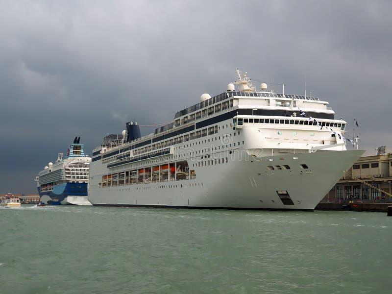 在威尼斯港的大游轮  免版税库存图片