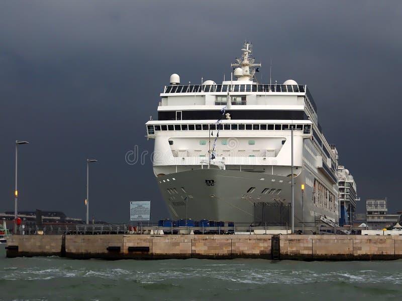 在威尼斯港的大游轮  免版税库存照片