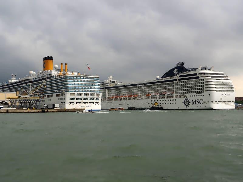在威尼斯港的大游轮  库存照片