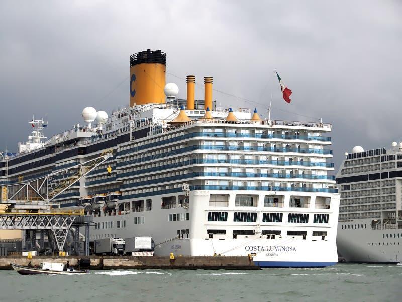 在威尼斯港的大游轮  图库摄影