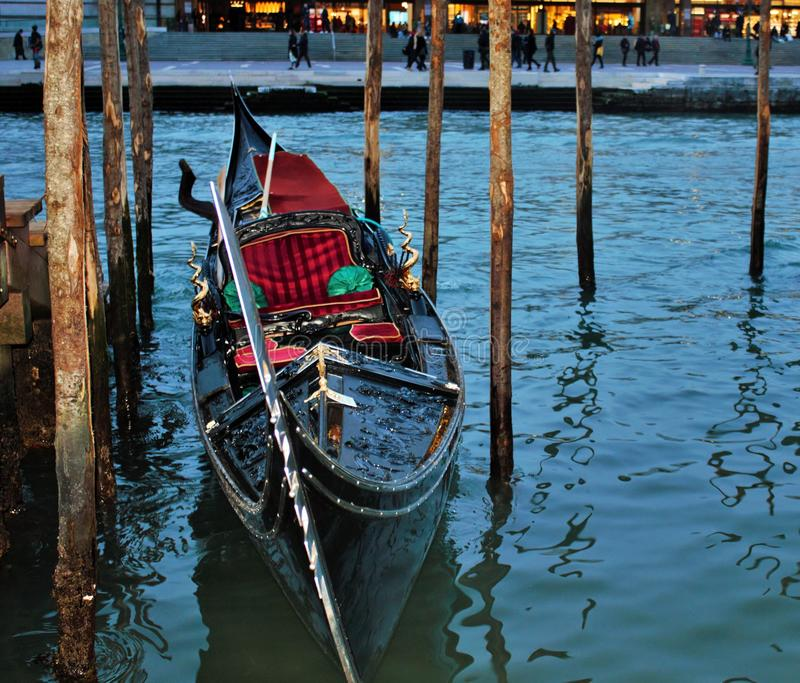 在威尼斯火车站附近被停泊的长平底船 免版税库存照片