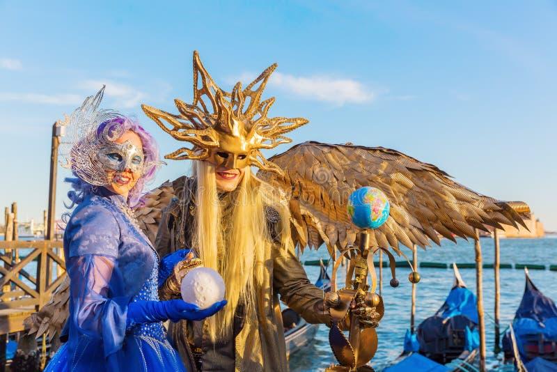 在威尼斯狂欢节的假装的夫妇  免版税库存图片