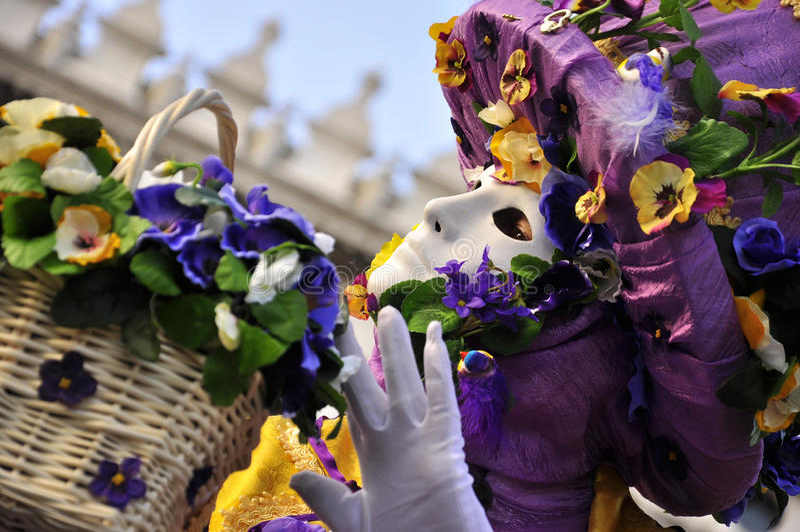 在威尼斯狂欢节的紫色花卖主面具 免版税图库摄影