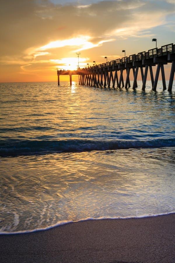 在威尼斯码头的日落在日落的佛罗里达 库存照片