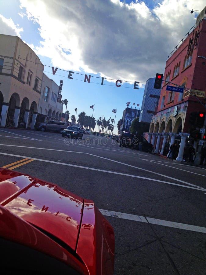在威尼斯街道上的红色汽车  库存照片
