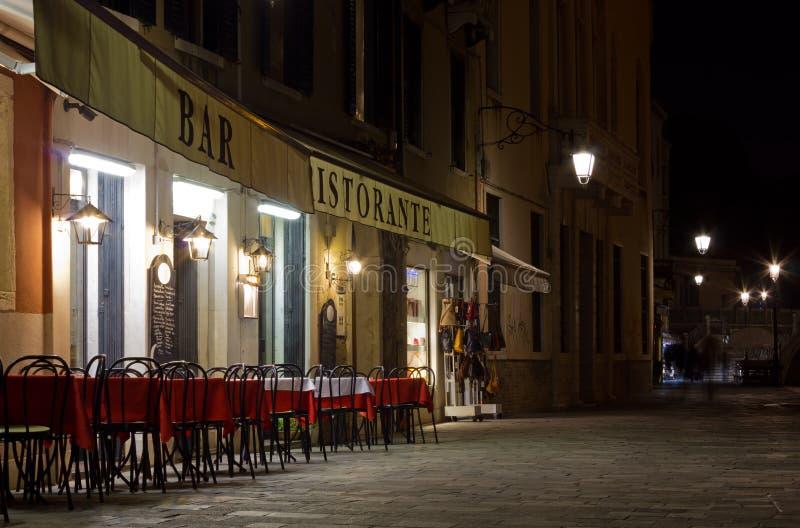在威尼斯街道上的餐馆在晚上 免版税库存图片