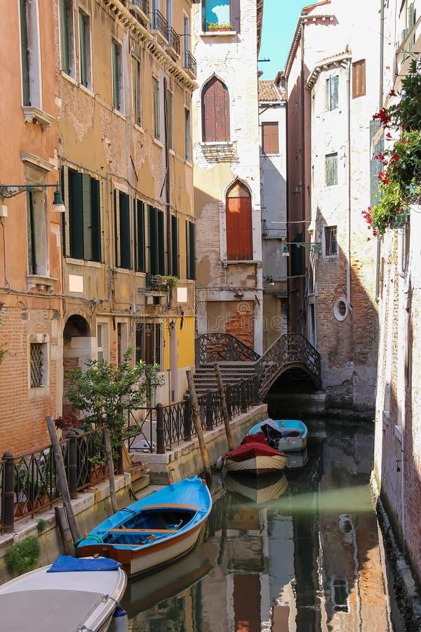 在威尼斯运河的空的长平底船  免版税库存图片