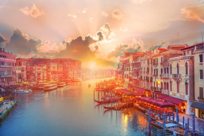 在威尼斯运河的美好的全景在日落 图库摄影