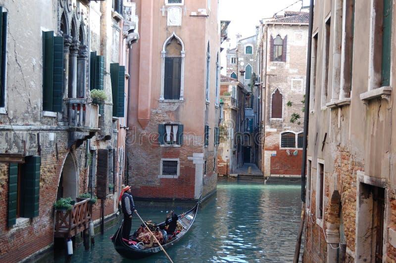 在威尼斯运河的长平底船  库存图片