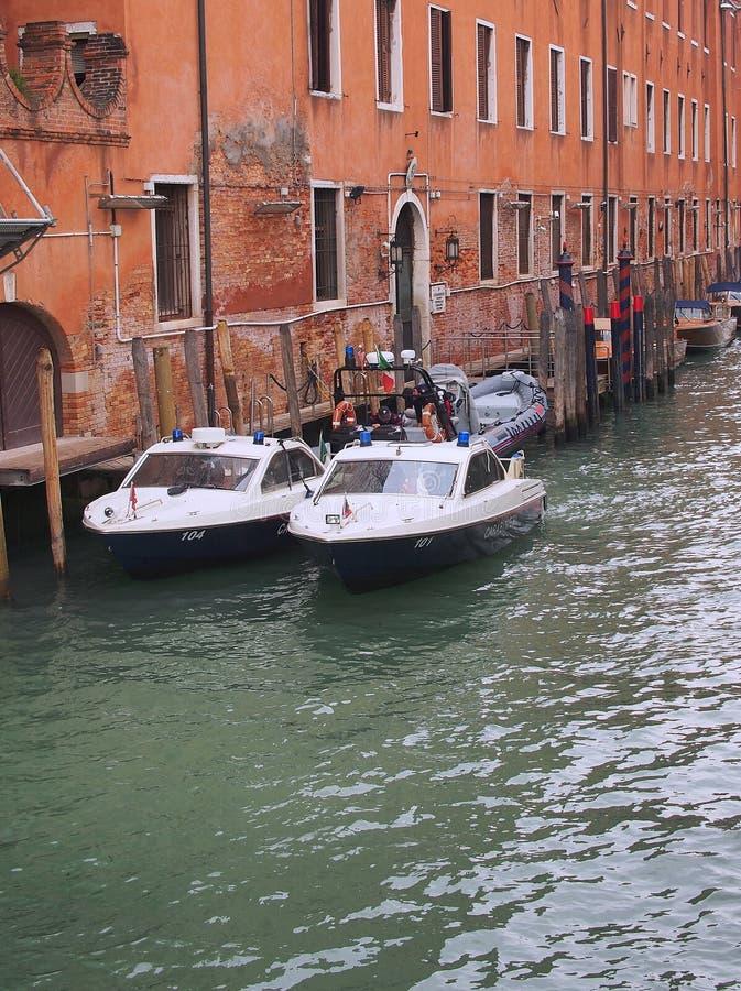 在威尼斯运河靠码头的水警艇,意大利 免版税库存图片