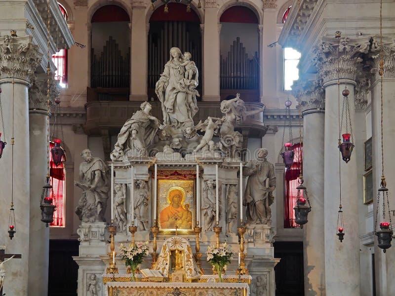 在威尼斯里面安康圣母圣殿,大教堂有雕塑和细节的 免版税库存照片