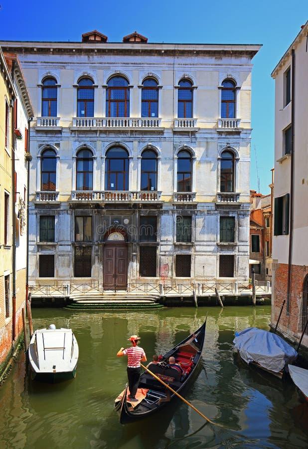 在威尼斯,意大利结合在长平底船的乘驾 免版税库存照片