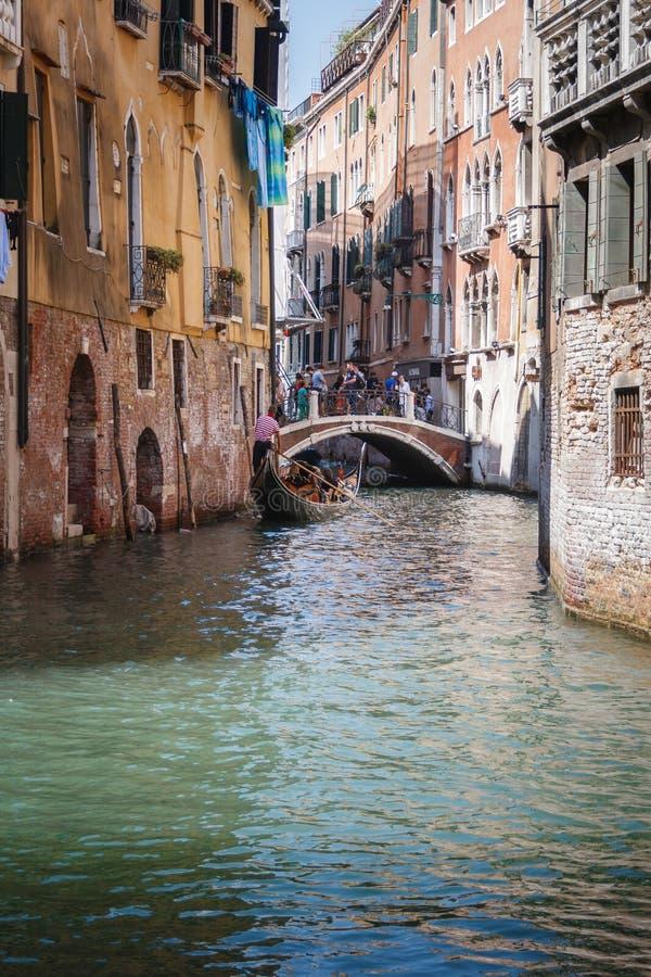 在威尼斯,意大利运河的长平底船乘驾  库存照片