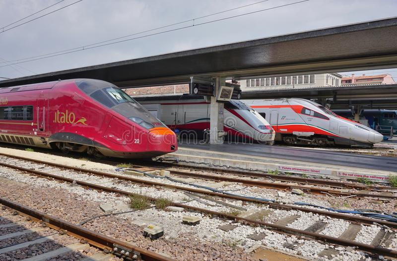 在威尼斯驻地的意大利高速火车 图库摄影