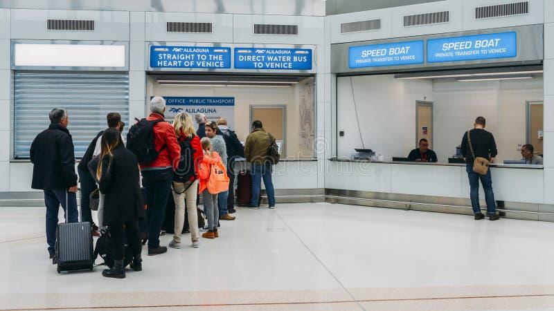在威尼斯` s马可・波罗机场浇灌公共汽车队列 免版税库存照片