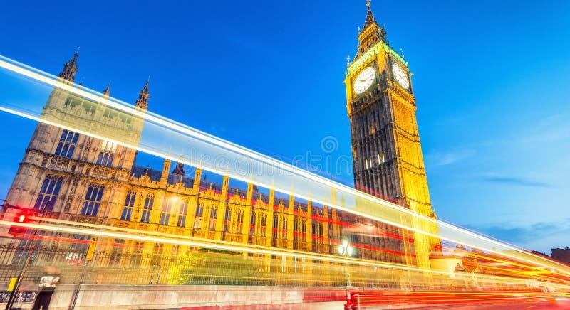 在威斯敏斯特桥梁和大本钟,伦敦的日落 库存图片