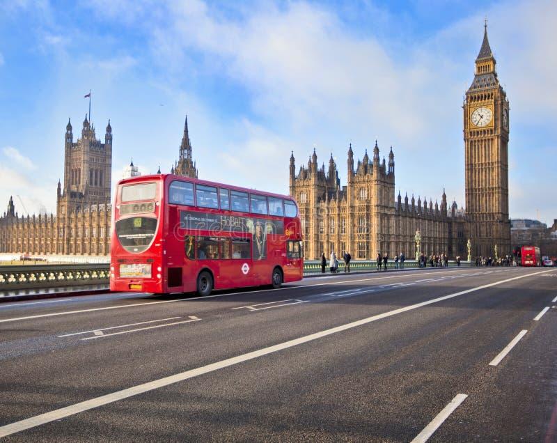 在威斯敏斯特桥梁的红色公共汽车 库存图片