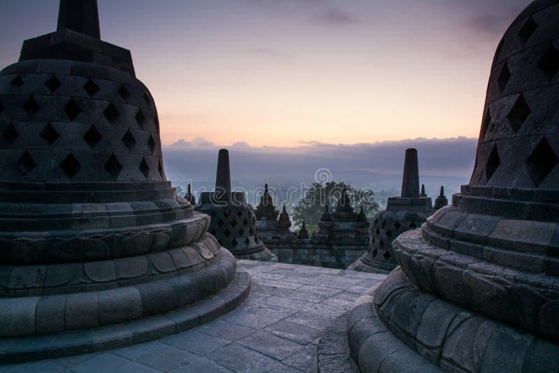 在婆罗浮屠佛教寺庙, Java海岛,印度尼西亚的日出 免版税图库摄影