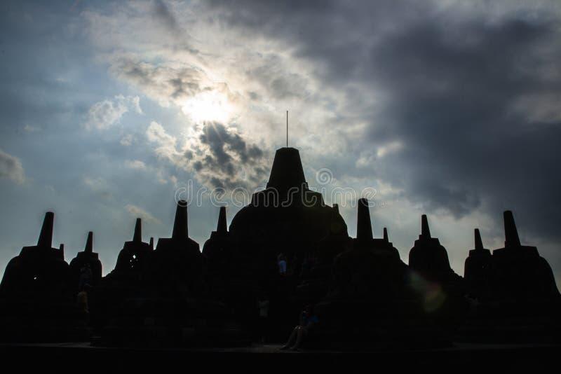 在婆罗浮屠寺庙的剪影Stupa 免版税库存照片