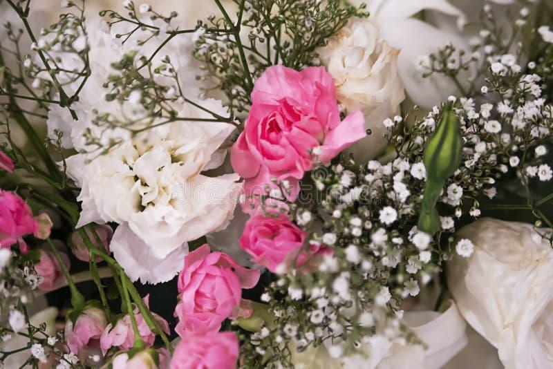 在婚姻的花束的桃红色和白玫瑰 库存照片