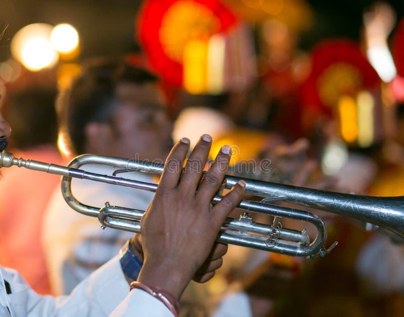 在婚礼乐队和Baraat期间的喇叭演奏员 库存图片