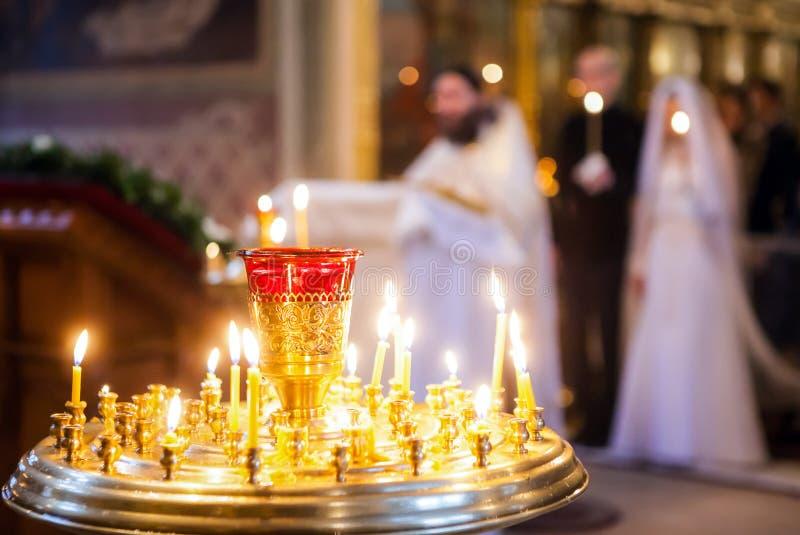在婚礼夫妇背景的灼烧的蜡烛  免版税库存图片