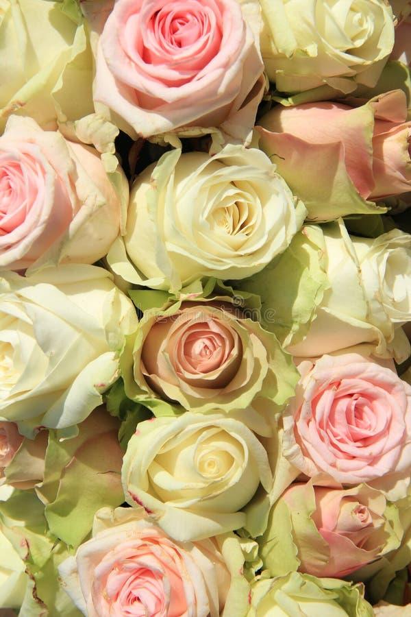 在婚礼安排的白色和桃红色玫瑰 免版税库存图片
