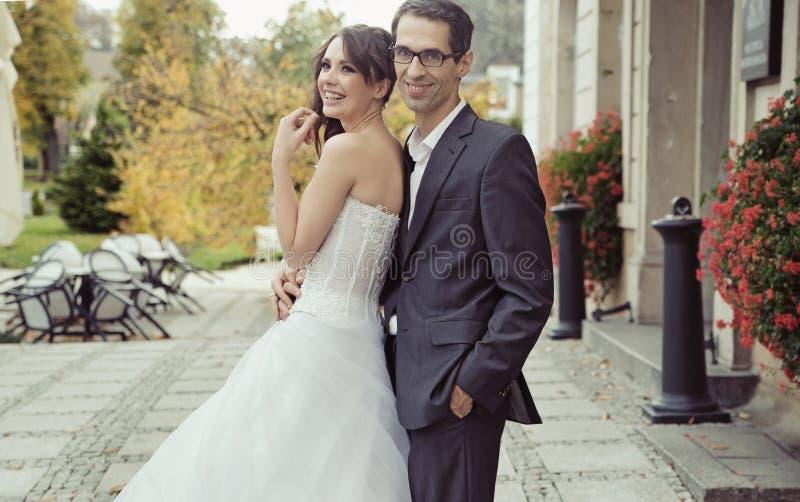 在婚礼期间的微笑的婚礼夫妇 免版税库存图片
