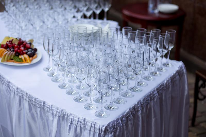 在婚礼桌上的空的酒杯 免版税库存照片