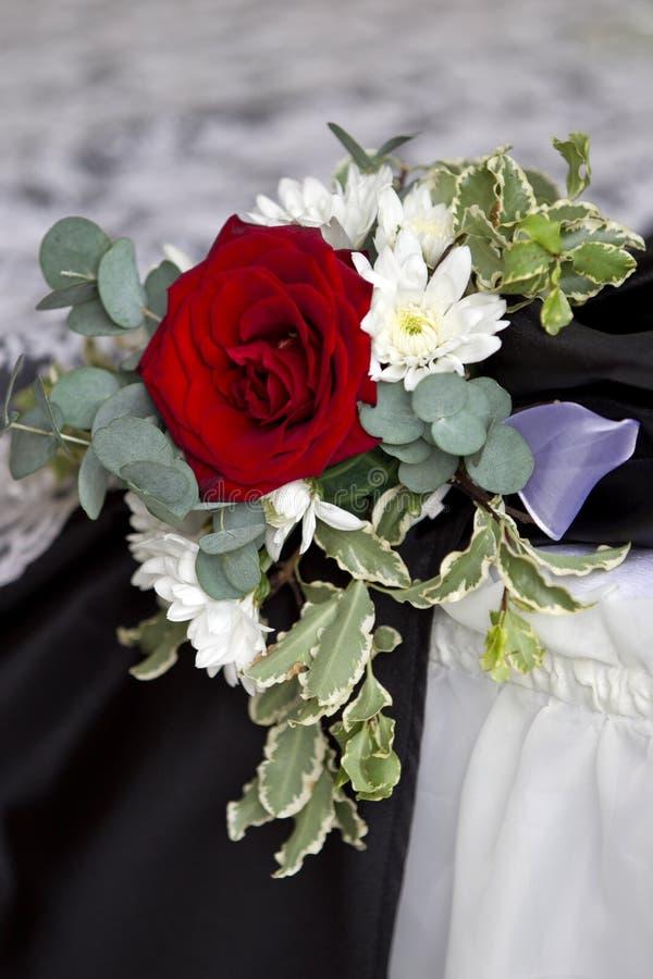 在婚礼桌上的红色玫瑰丛 免版税库存图片