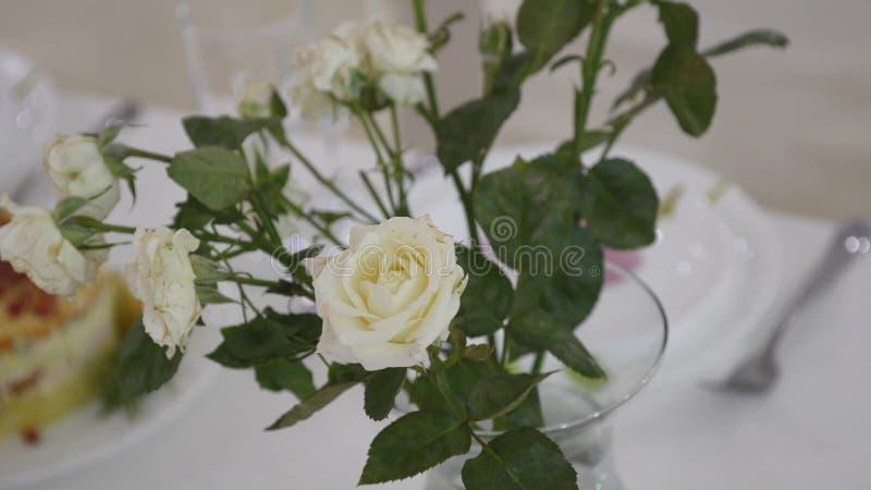 在婚礼桌上的花装饰 免版税库存图片