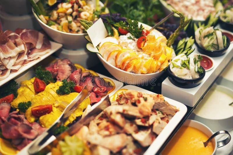 在婚礼桌上的豪华食物在旅馆或餐馆里 库存图片