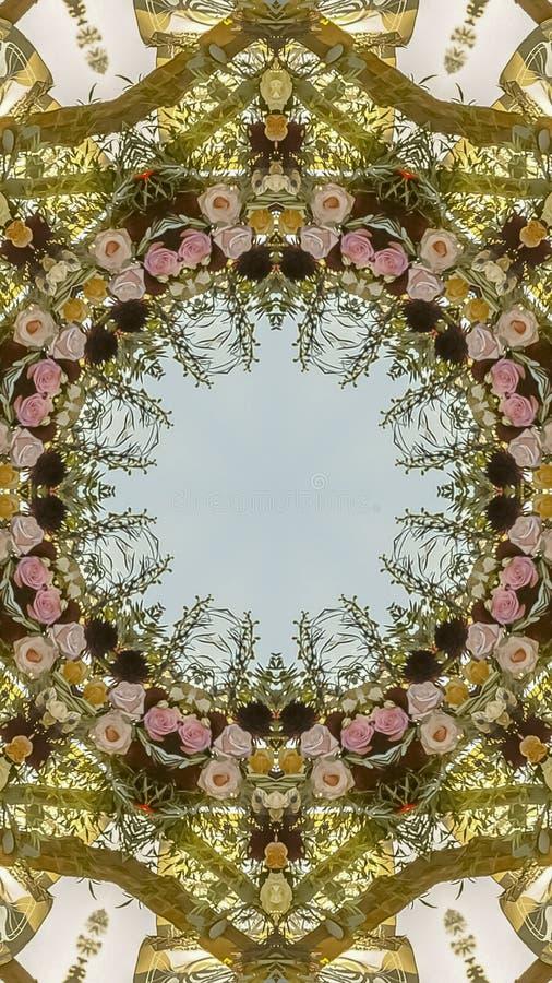 在婚礼的垂直的圆花卉设计在有玫瑰和其他花的加利福尼亚 免版税图库摄影
