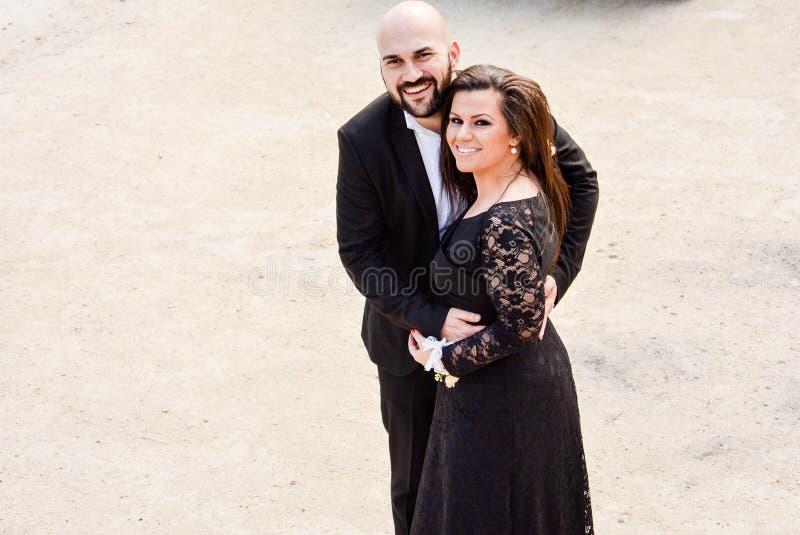 在婚礼的愉快的夫妇 免版税库存图片