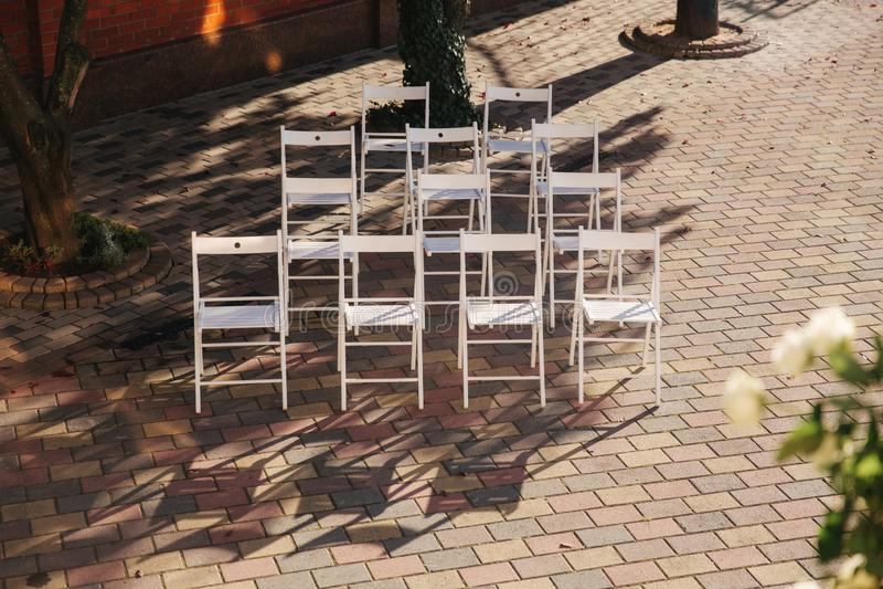 在婚礼的白色椅子 夏天外面婚礼装饰 库存照片